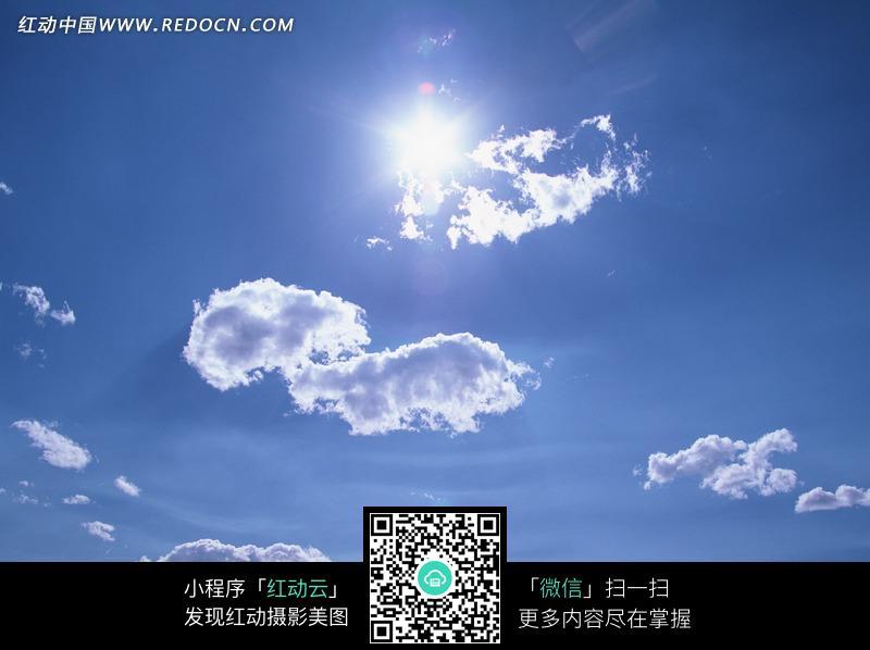 蓝天中的太阳和云朵