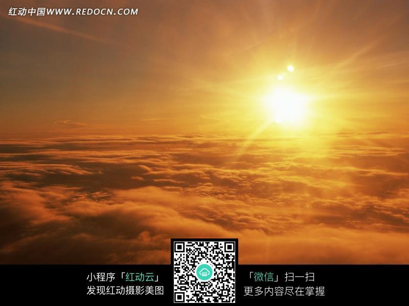 太阳升起照耀下的红色云海图片