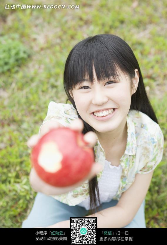 拿着苹果的长发女孩图片
