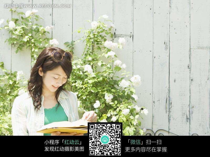 低头看书的长发美女图片 日常生活图片