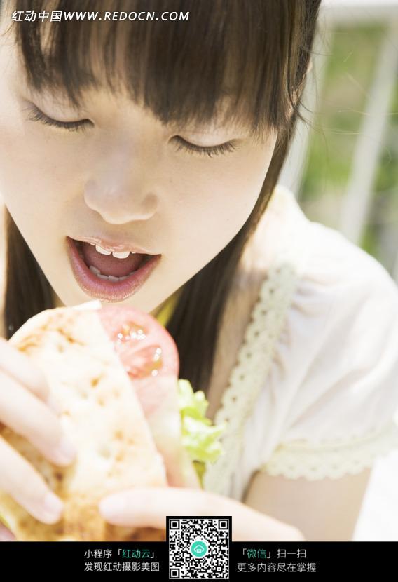 免费素材 图片素材 人物图片 日常生活 张嘴吃汉堡的美女  请您分享