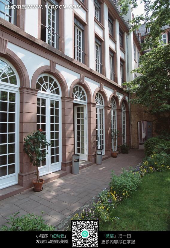 欧式风格现代建筑庭院一角图片