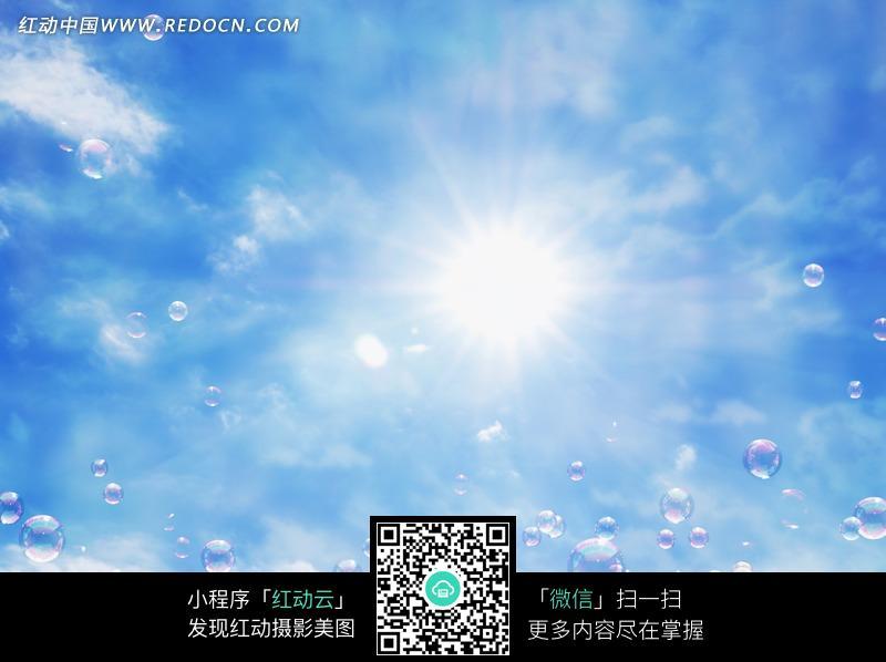蓝天阳光下照射的泡泡