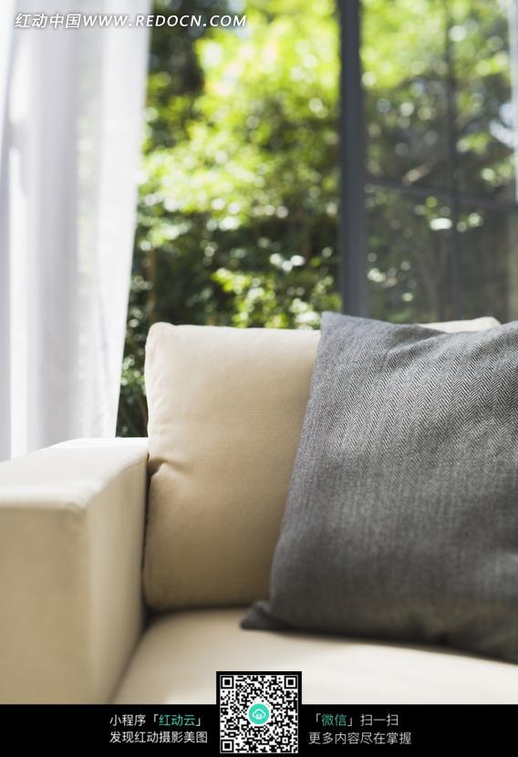 白色沙发上的灰色枕头图片