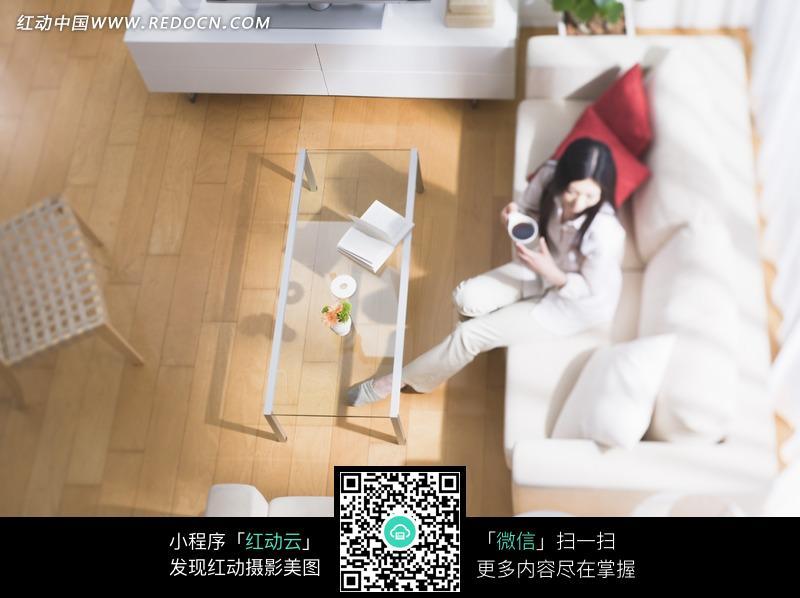 客厅里沙发上喝茶的美女图片