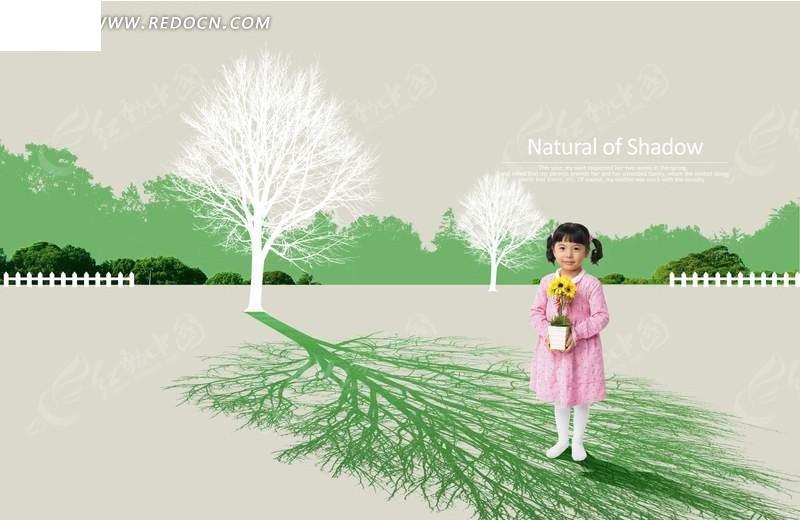 小孩拿着向日葵盆栽在树影子下