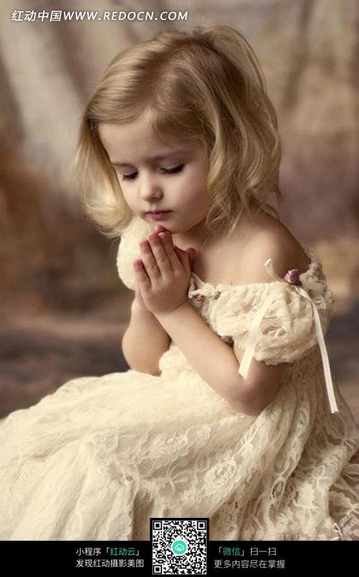 可爱的许愿的金发外国女孩图片