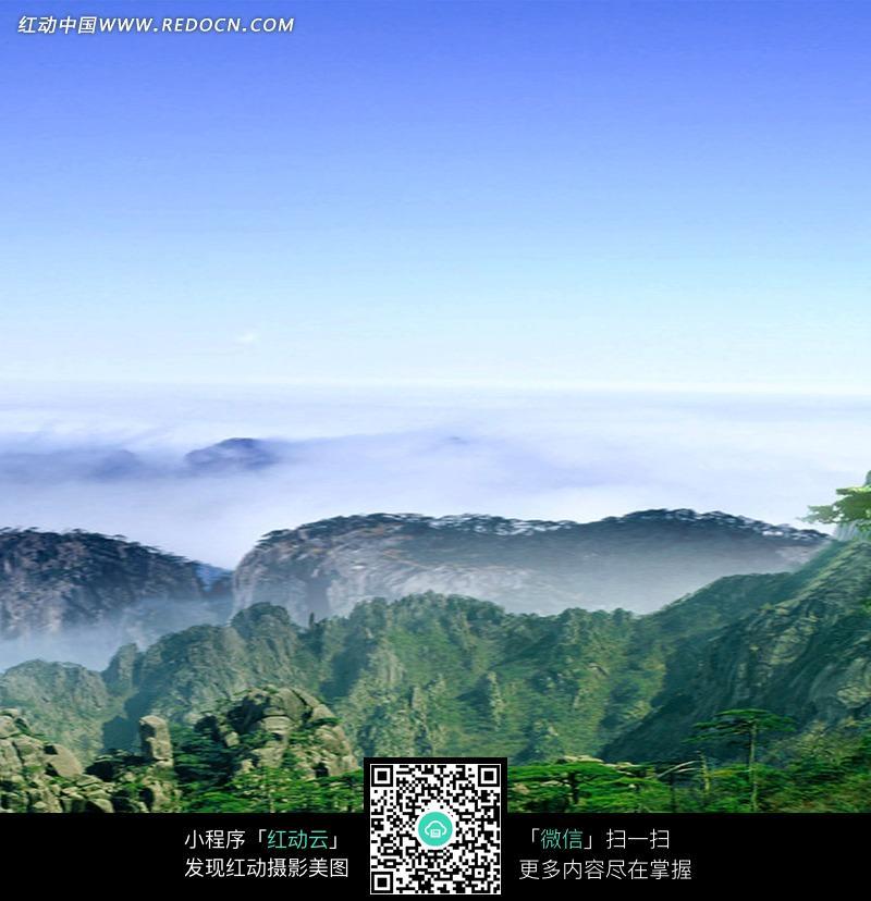 蓝天下云雾缭绕的群山图片_自然风景图片