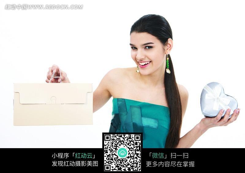 外国美女手拿心形礼物盒