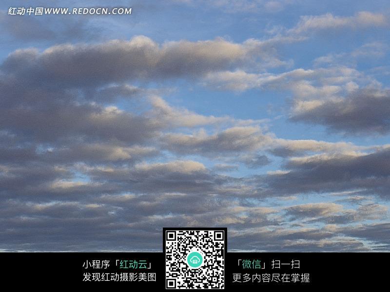 蓝色天空和云朵图片