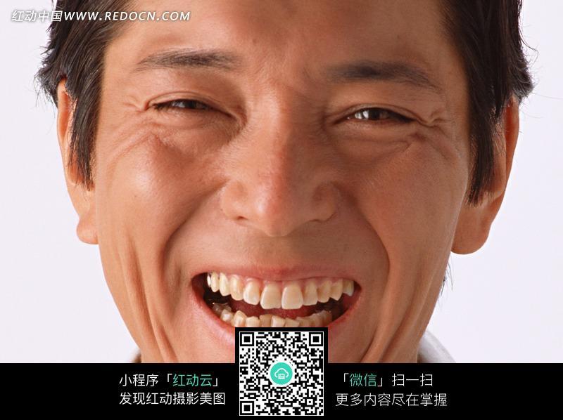 张大嘴巴大笑的男人