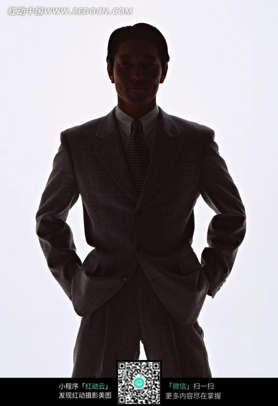 穿着灰色西装的男人背影_男性男人图片_红动手机版