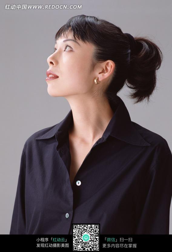 穿美女衬衣抬头骑马的美女图片-人物图片素材仰视黑色蒙古图片