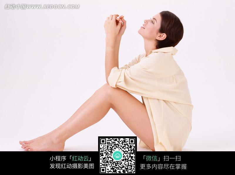 穿睡衣坐着的国外美女图片