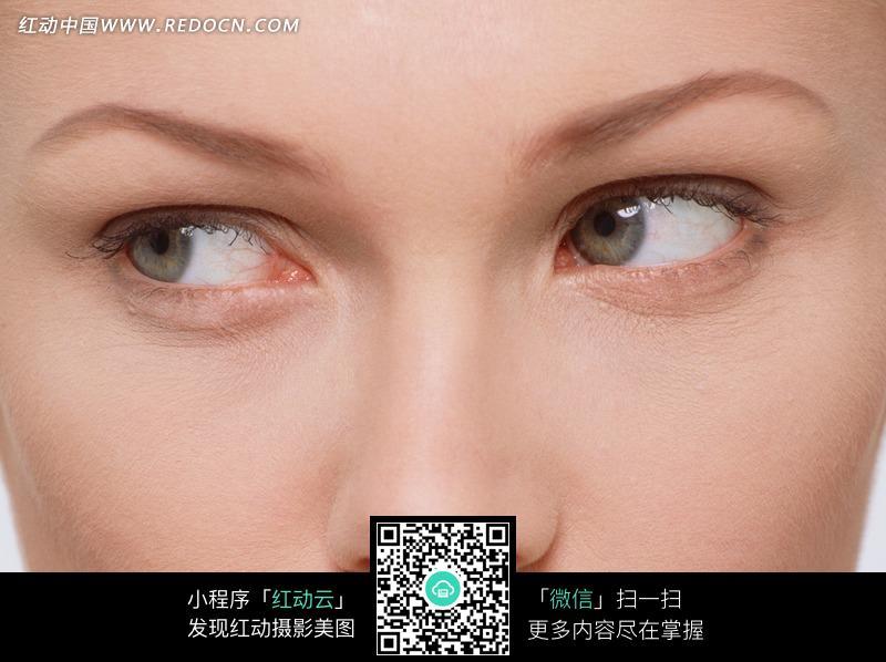 眼镜向右看的美女脸部特写图片