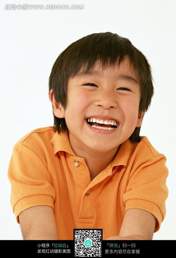 免费素材 图片素材 人物图片 儿童幼儿 开心大笑的穿橙衣服的小男孩