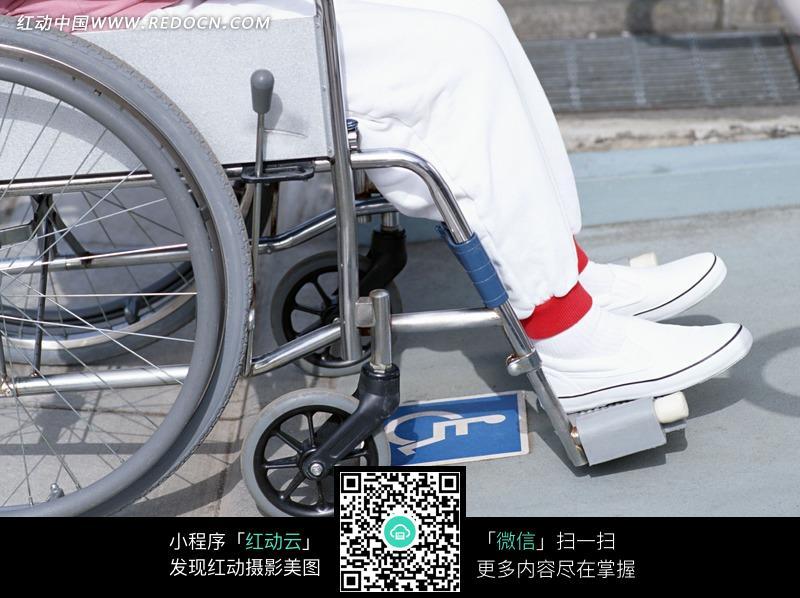 推着坐在轮椅上老人的护士