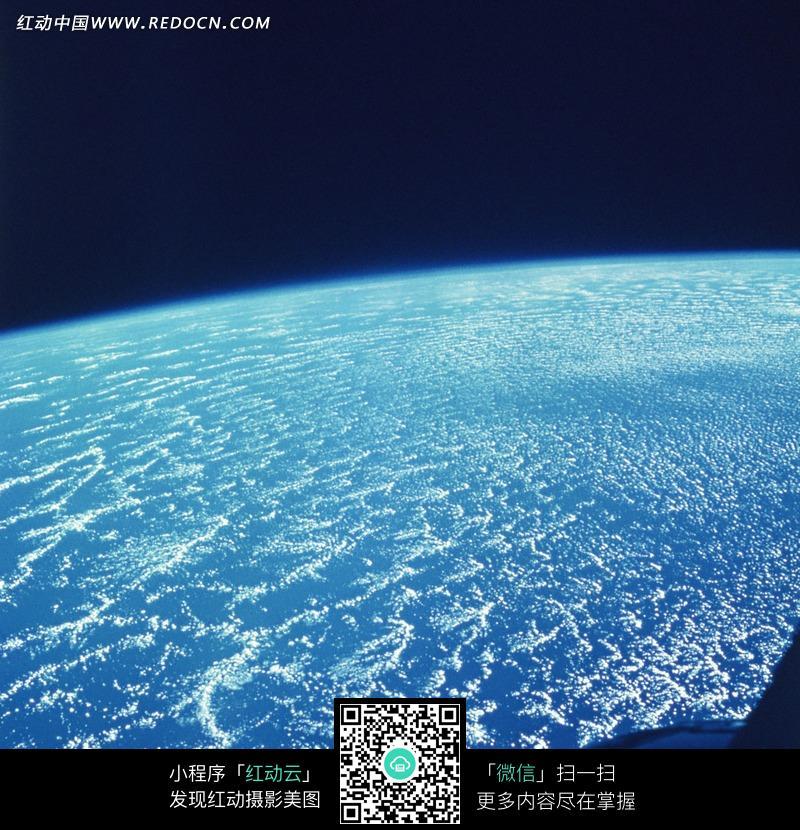 航拍地球蔚蓝大海图片