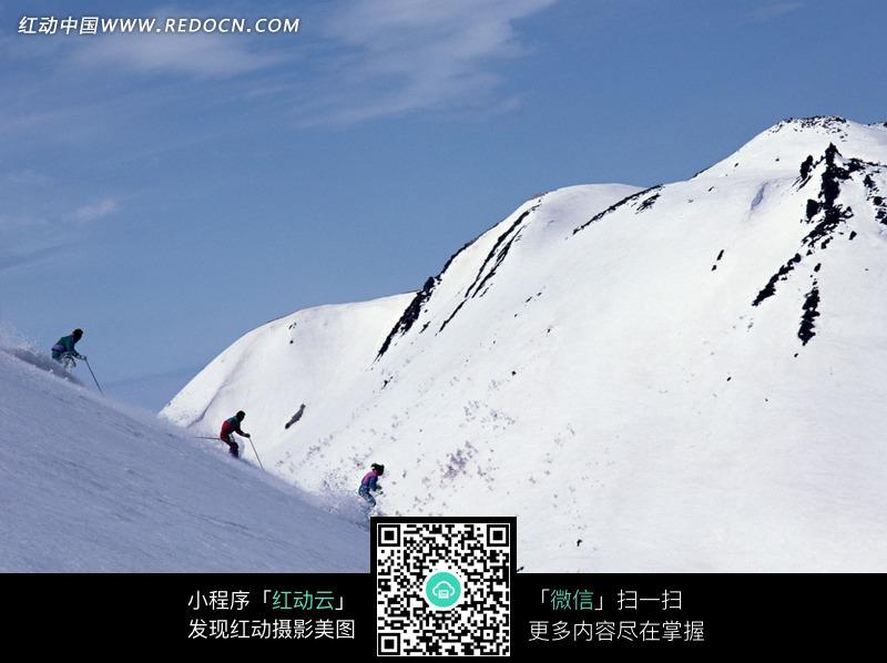 冰山雪地上的滑雪人物