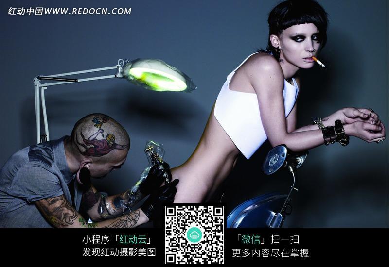 正在纹身的外国个性女人图片