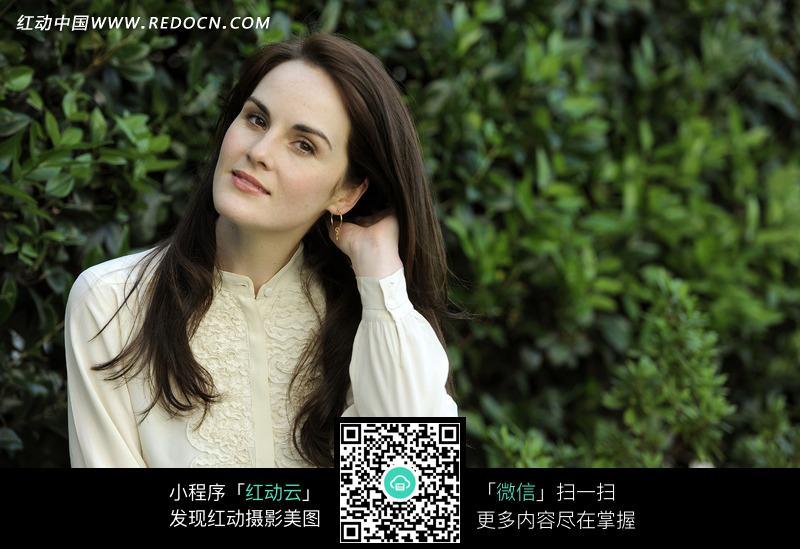 单手整理头发的外国美女图片图片