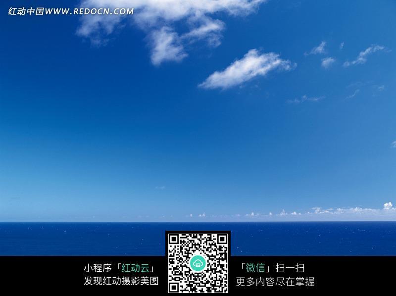 蓝天白云下蔚蓝的大海