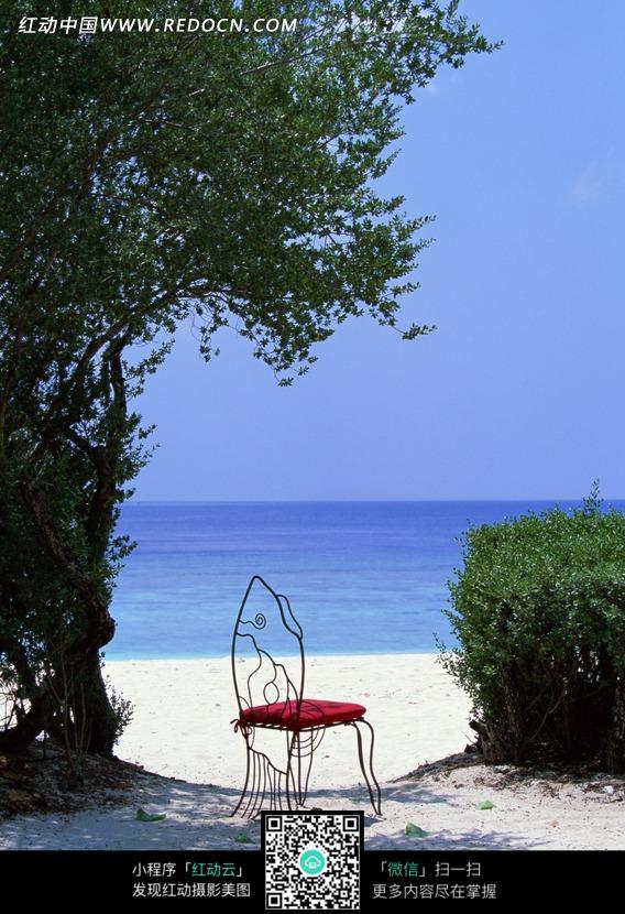 海边沙滩上的椅子图片