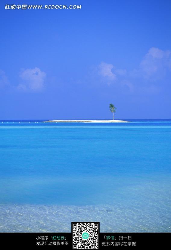 蓝天白云下大海中和小岛图片_海洋海边图片