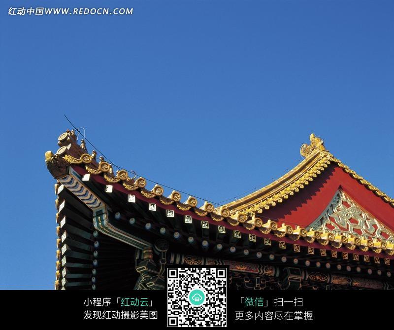 蓝天下古代建筑的飞檐翘角图片