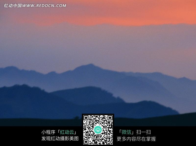 黄昏灰暗天空下的山脉图片