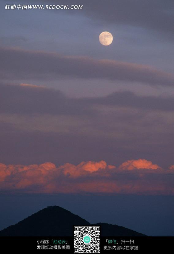 高山和天空中的月亮图片