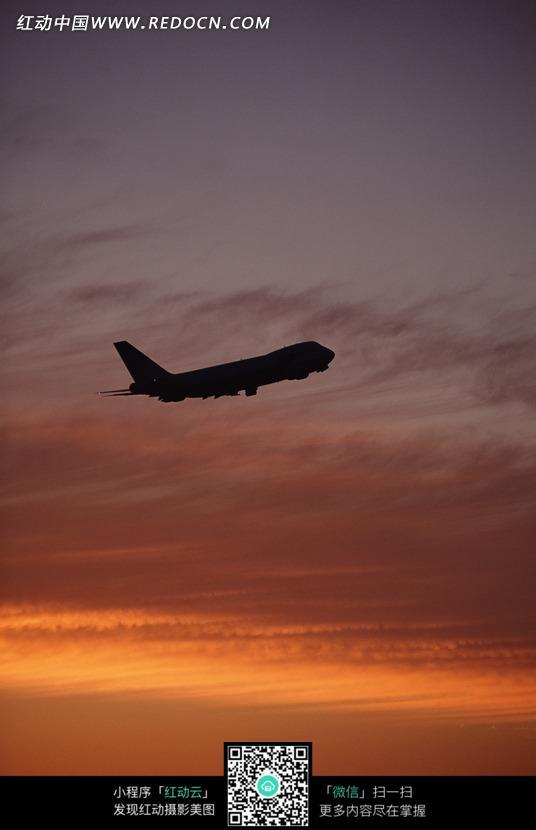 傍晚时分天空中的飞机图片