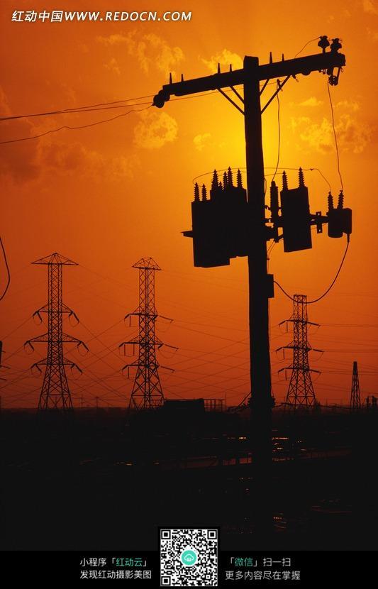 夕阳照耀下的高压输电塔图片