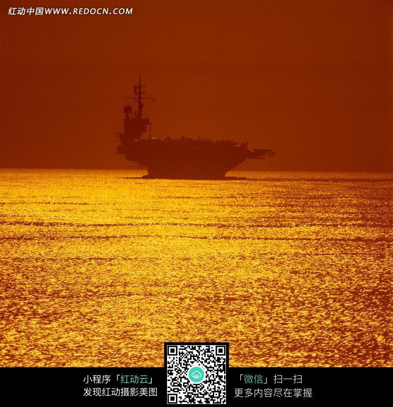 洒满金色阳光的海面和船只