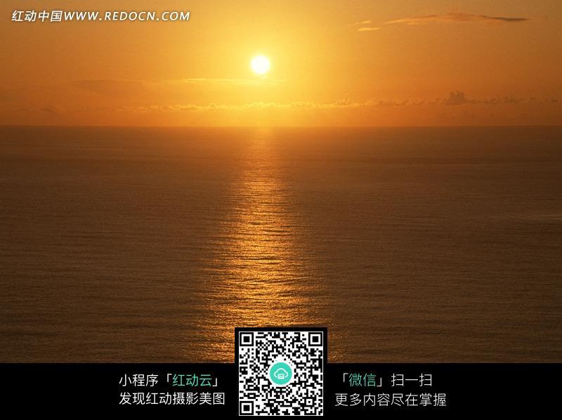 傍晚时太阳照射的海面_自然风景图片