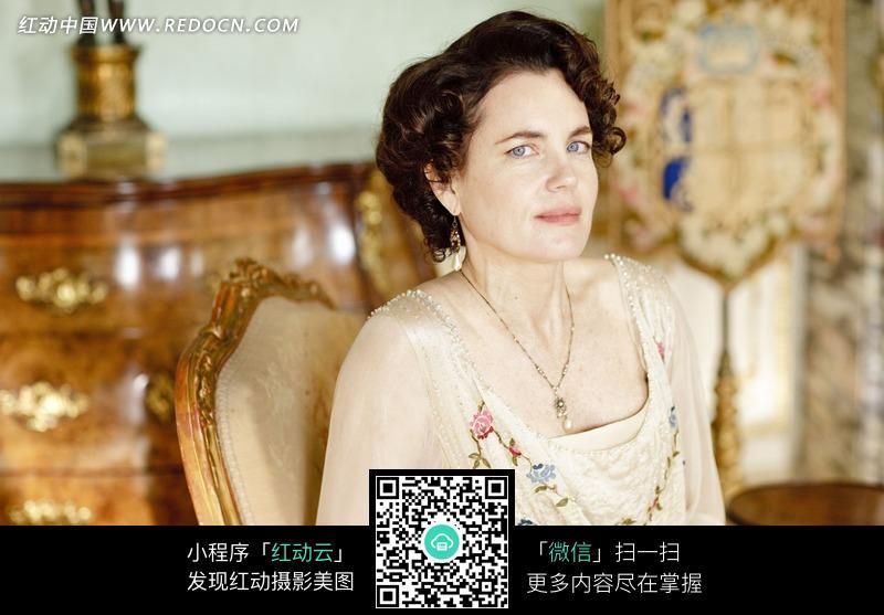 坐在椅子上的外国中年美女图片