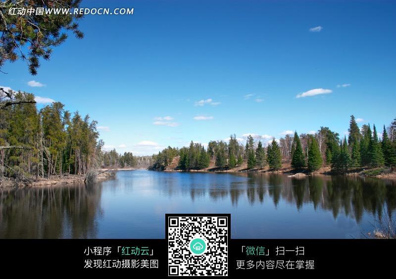 倒映着蓝天的平静湖面_自然风景图片