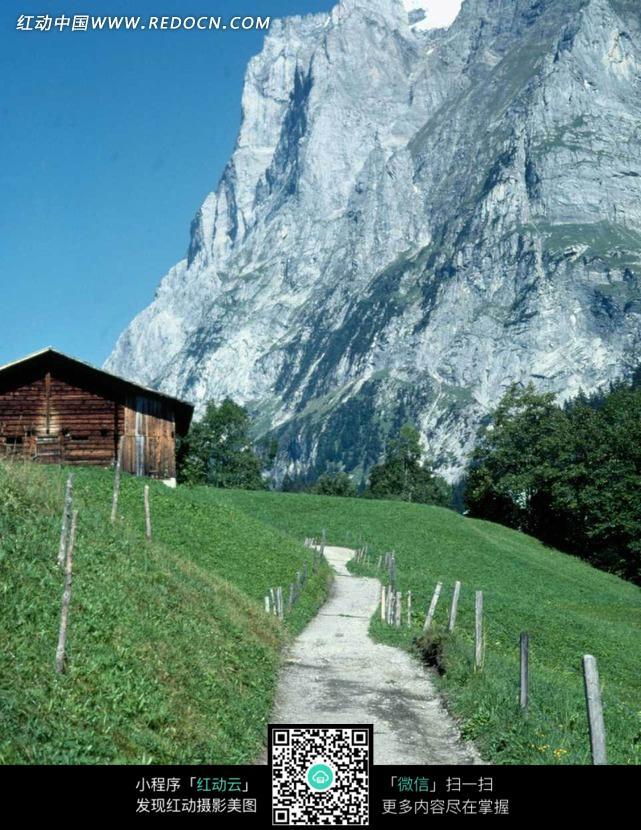 草地上的木屋和小路图片