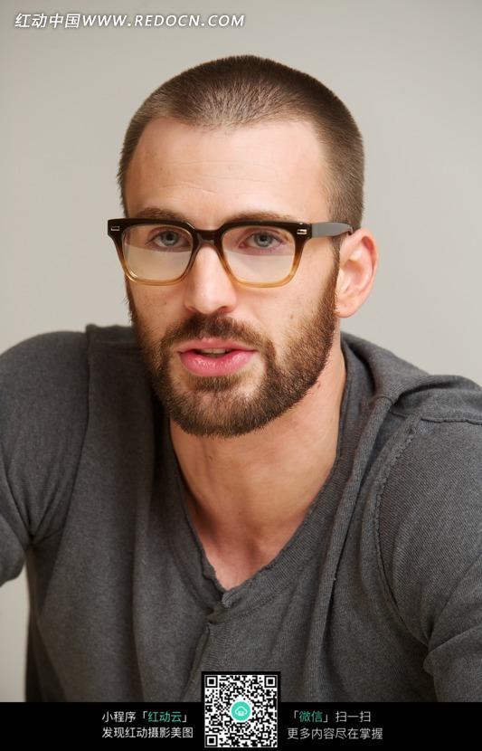 戴眼镜留胡子的克里斯·埃文斯_名人明星图片_红动