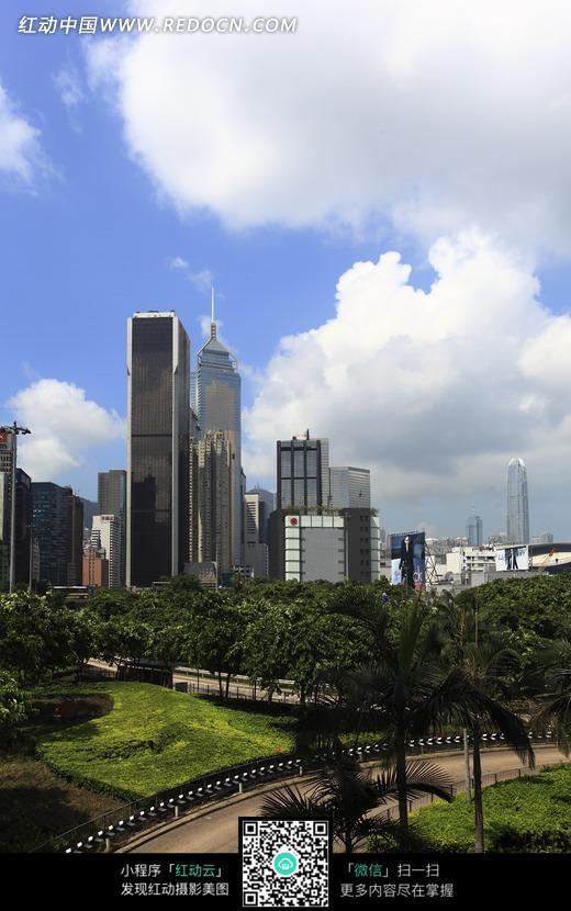 蓝天白云下的高楼建筑和街道图片