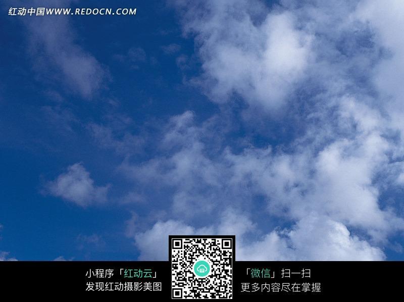 深蓝天空里的白云