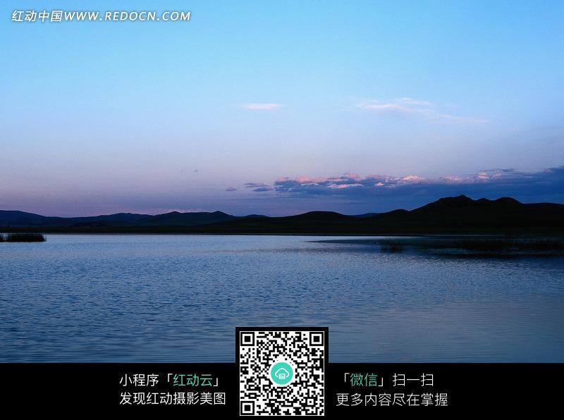 傍晚天空下平静的水面_自然风景图片