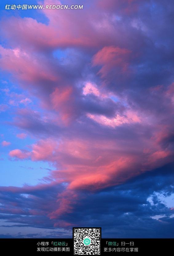 蓝天中的彩色云朵图片