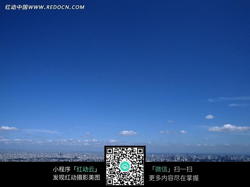 城市蔚蓝的天空
