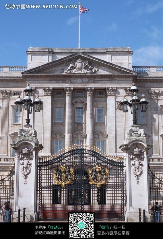 雄伟建筑物顶上的英国国旗