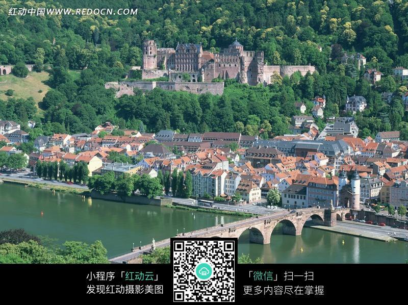 山坡上的欧式建筑和水上的拱桥