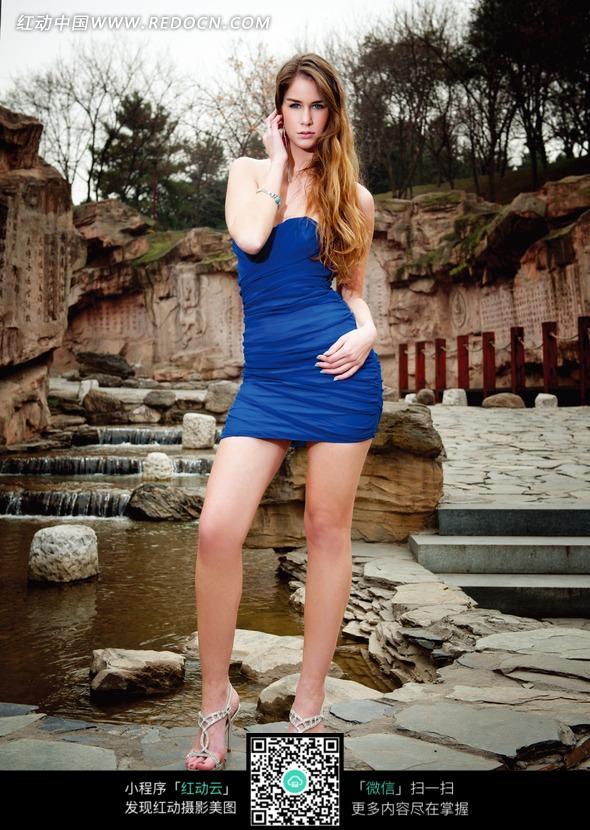 水池前面用手抚头发的外国女模特图片 女性女