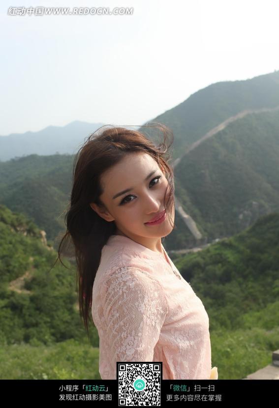 回头微笑的美女张馨予图片