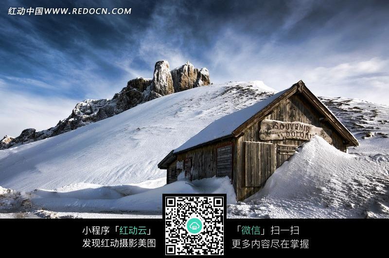雪山上的小木屋风景图片