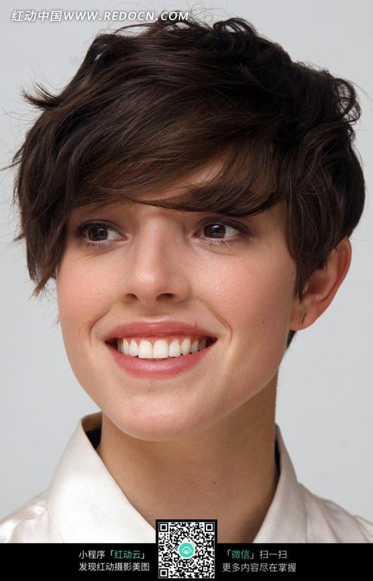 微笑的外国短发美女侧脸